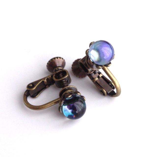 ラベンダー色がみえるヴィンテージガラス玉のイヤリング