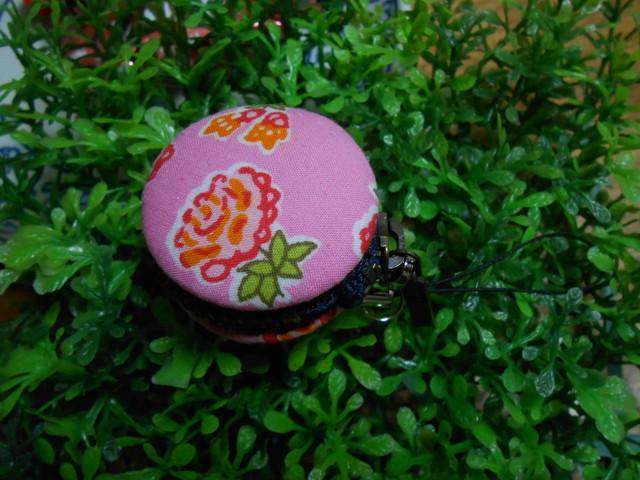 ガーリーな花柄マカロンポーチ